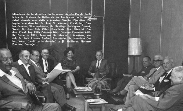 Don Juan Ruíz Vélez, fundador de la Asociación y personal del Comité Ejecutivo de la AJAEE. Revista Entrelíneas, Año IX – Número 6, Abril 1970, p. 3.- Archivo Histórico AEE